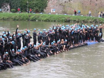 Neopren-Testschwimmen im Bad Blau